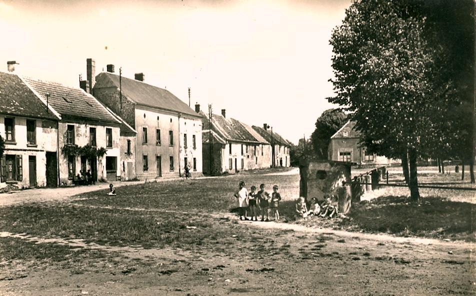 Fère-en-Tardenois (Aisne) CPA la place de la République 1950