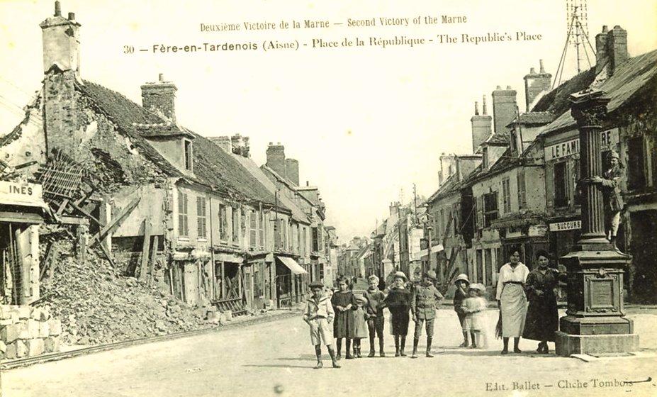 Fère-en-Tardenois (Aisne) CPA la place de la République