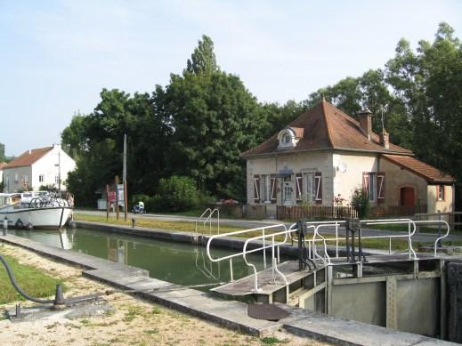 Fleurey-sur-Ouche (Côte d'Or) L'écluse du canal