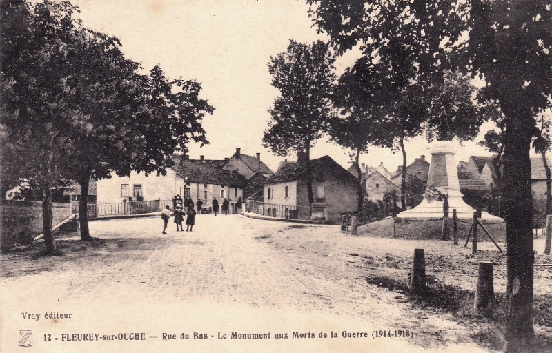 Fleurey-sur-Ouche (Côte d'Or) Le monument aux Morts CPA
