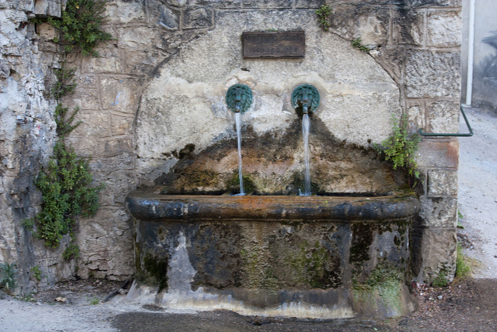 Fondamente (Aveyron) Fontaine sur la route de St Jean d'Alcas