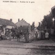 Fours (Nièvre) La gare, passage à niveau CPA
