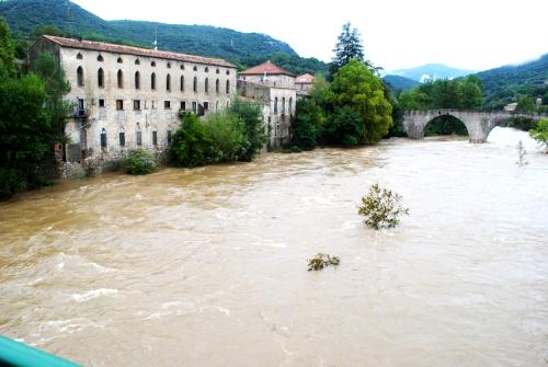 Ganges (Hérault) Le pont vieux, inondations 2011