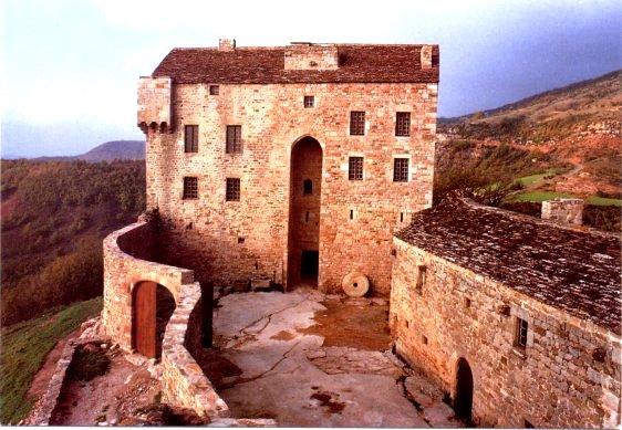 Gissac (Aveyron) Château de Montaigut, nécropole