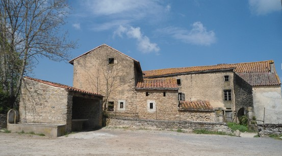 Gissac (Aveyron) Ferme et lavoir