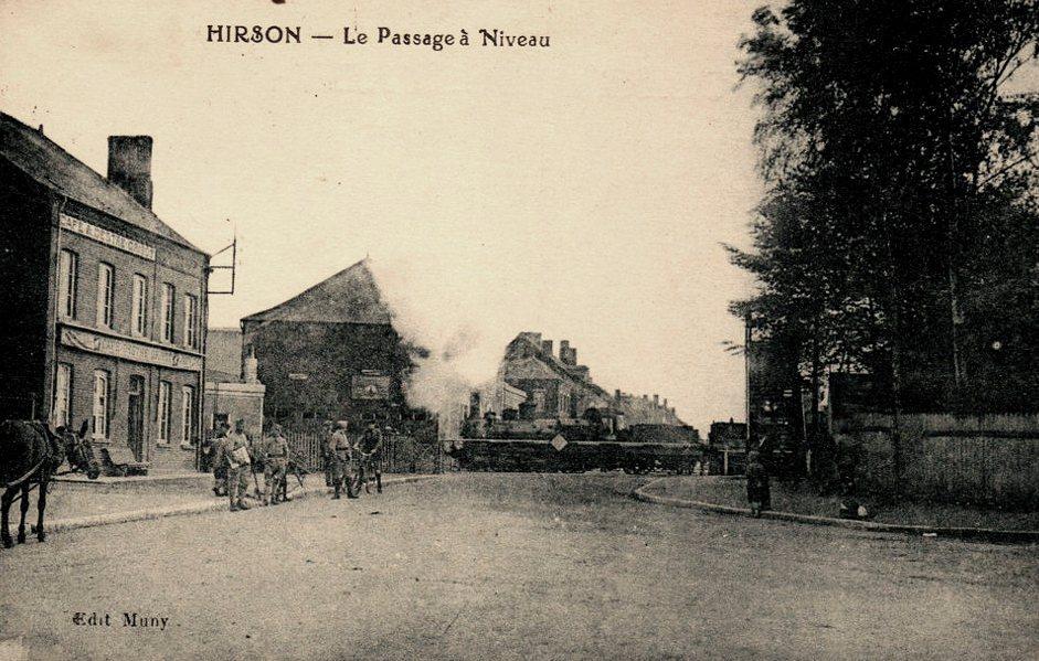 Hirson (Aisne) CPA le passage à niveau