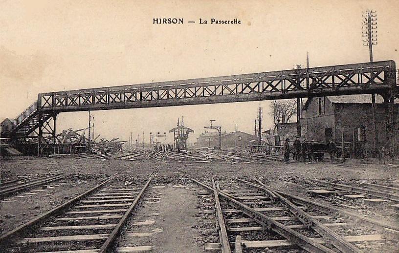 Hirson (Aisne) CPA la passerelle de la gare