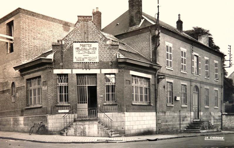 Hirson (Aisne) CPA le bureau de Poste vers 1950