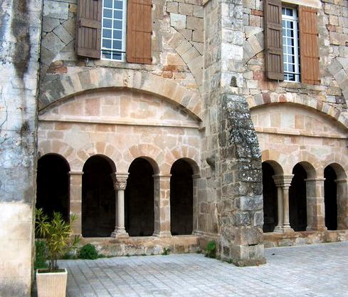 Joncels (Hérault) L'abbaye, la cour