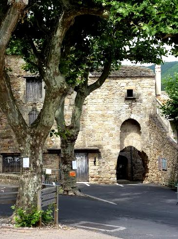 Joncels (Hérault) L'abbaye, le portail Sud
