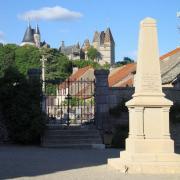 La Rochepot (Côte d'Or) Le monument aux morts et le château
