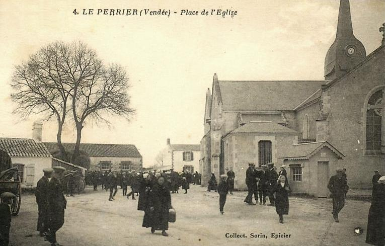 Le Perrier (Vendée) Place de l'église CPA
