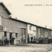 Lion devant dun meuse le cafe rue basse cpa