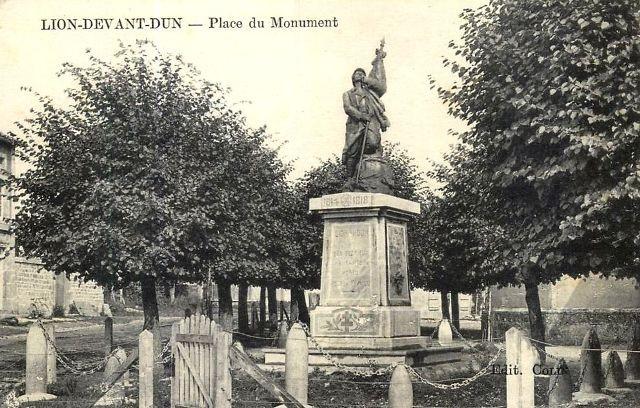 Lion devant dun meuse le monument aux morts cpa