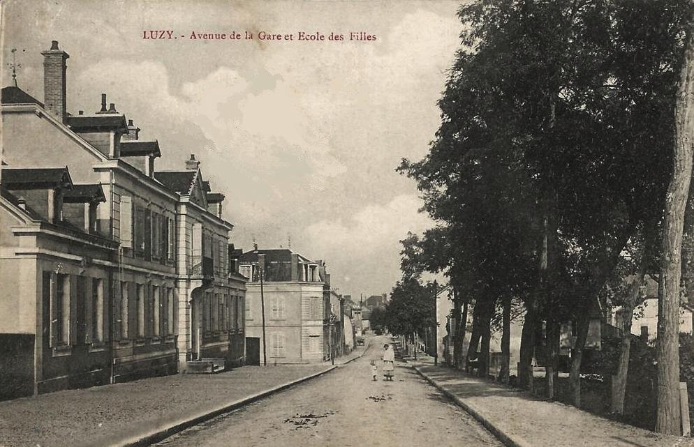 Luzy (Nièvre) L'avenue de la gare CPA