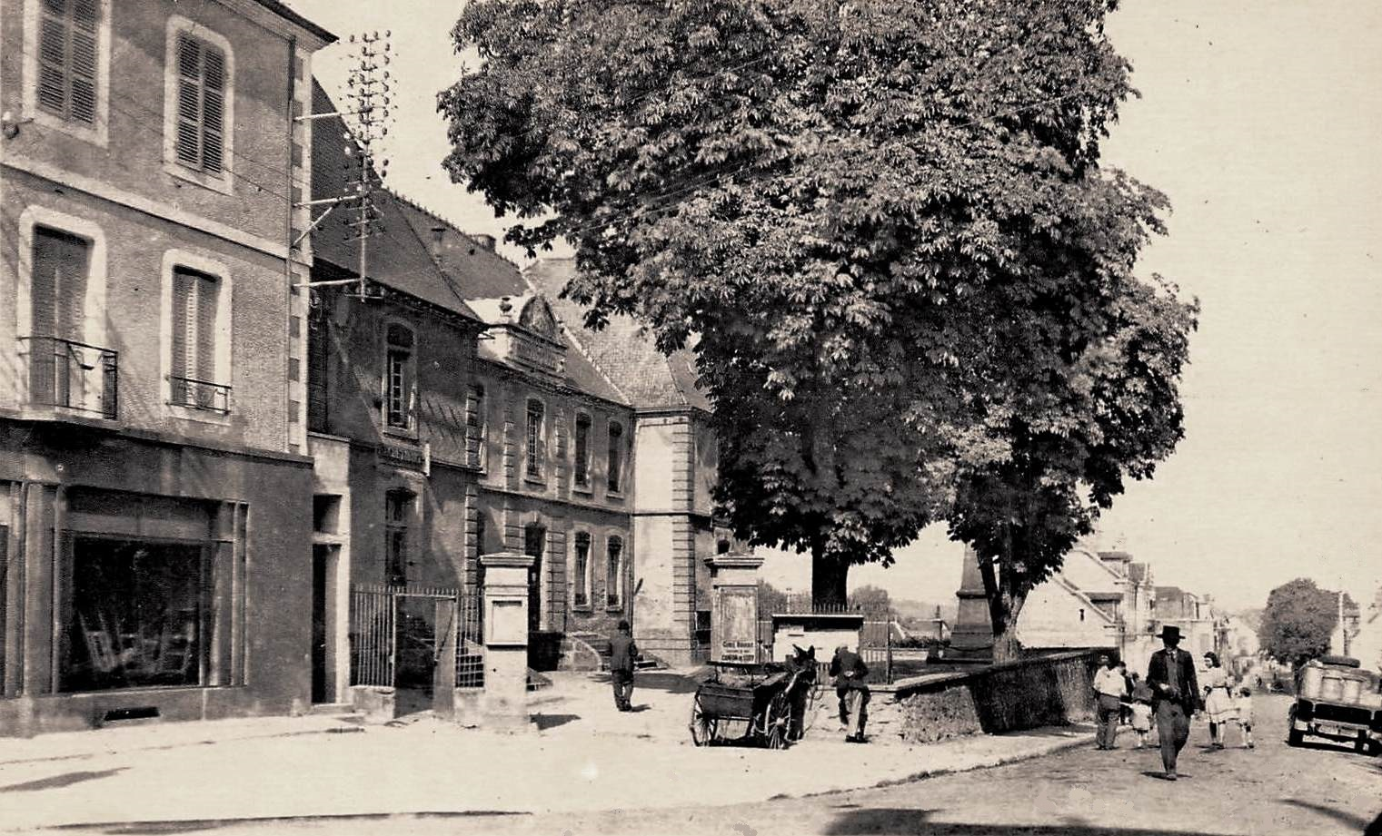 Luzy (Nièvre) La Mairie et l'avenue de la gare CPA