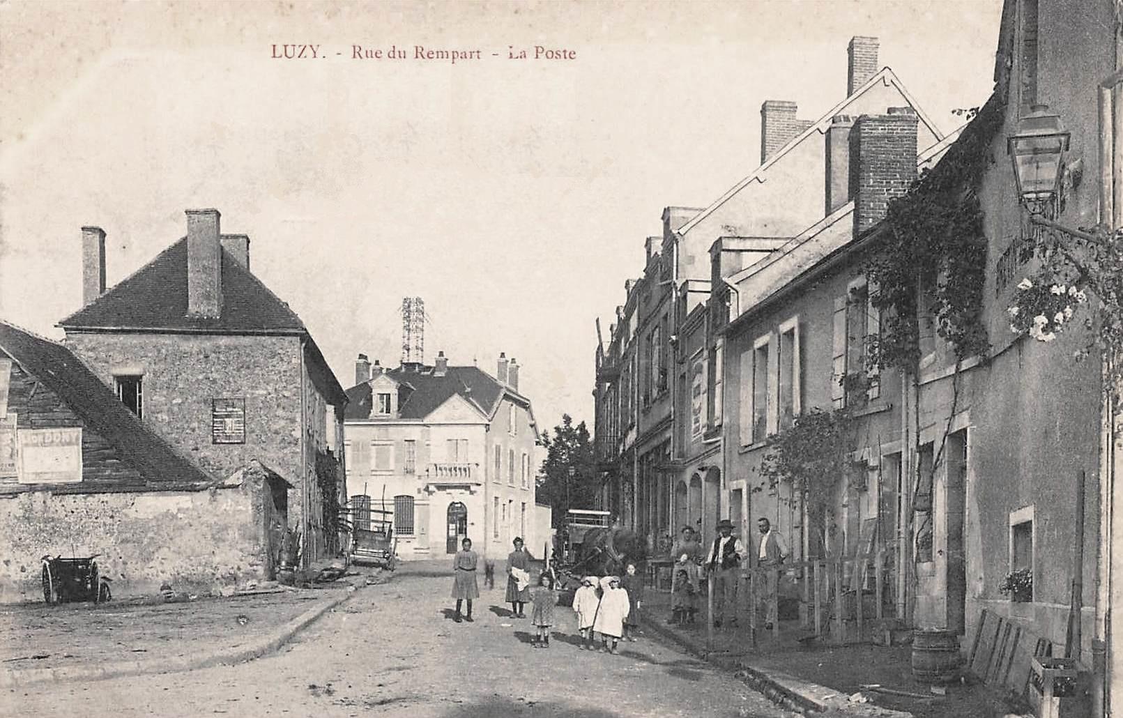 Luzy (Nièvre) La Poste, rue du rempart CPA