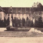 Marcigny (71) Monument aux morts devant l'Ecole supérieure CPA