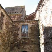 Marnhagues-et-Latour (Aveyron) Latour, le château, cour intérieure