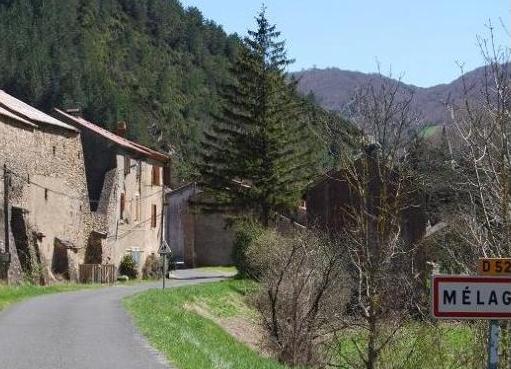Mélagues (Aveyron) entrée du village