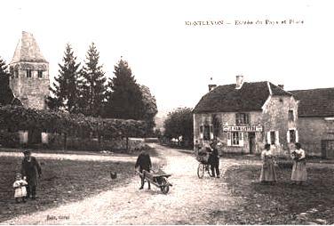 Montlevon (Aisne) CPA Entrée du village et place