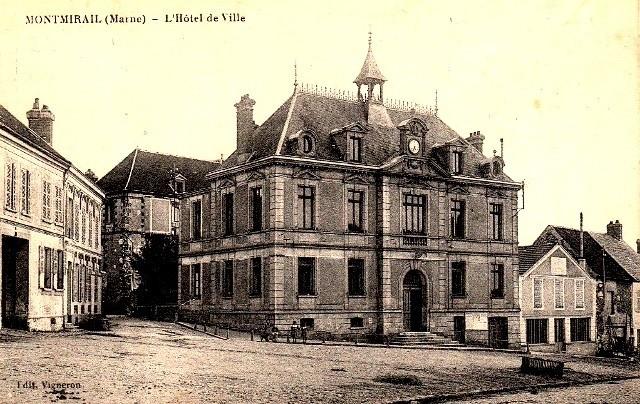 Montmirail (51) L Hôtel de Ville CPA