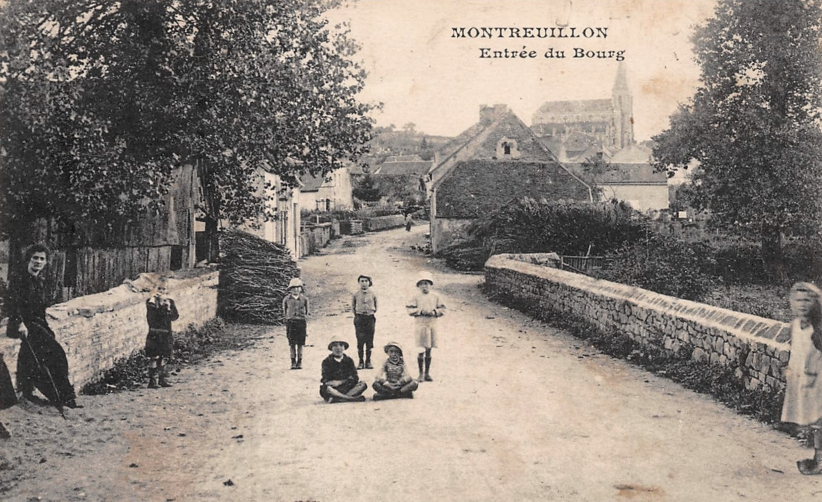 Montreuillon (Nièvre) L'entrée du bourg CPA