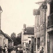 Moulins (Aisne) CPA Rue de la fontaine et café de la gaité
