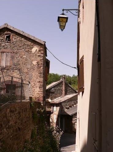 Mounes-Prohencoux (Aveyron) Derrière l'église