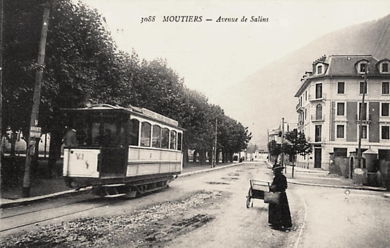 Moûtiers (Savoie) L'avenue de Salins CPA