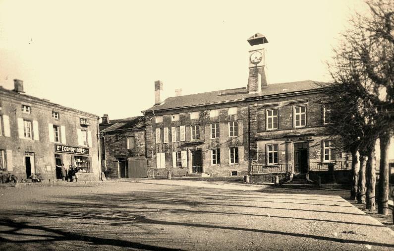 Mouzay (Meuse) La mairie et l'école des garçons CPA