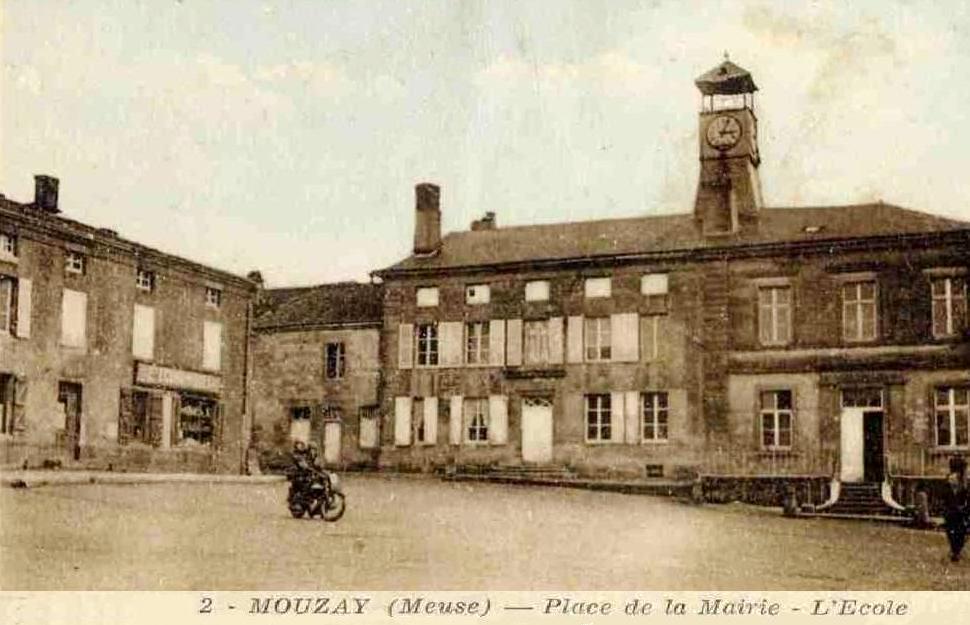 Mouzay (Meuse) La place de la mairie et l'école de garçons CPA