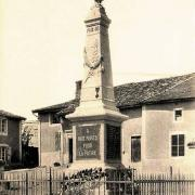 Mouzay (Meuse) Le monument aux morts CPA