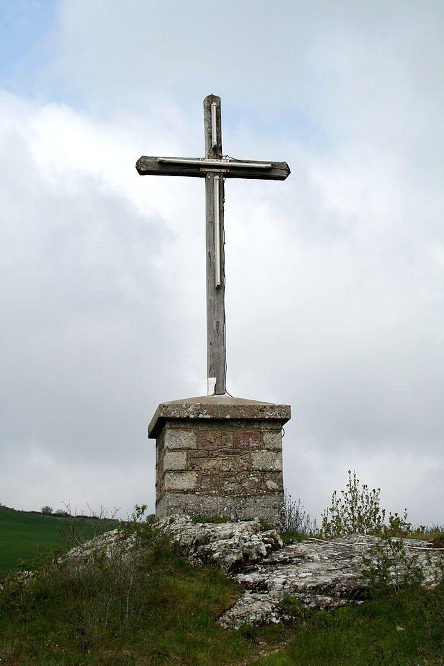 Murat-sur-Vèbre (Tarn) Castellas, croix à l'emplacement du château
