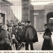 Noyon oise cpa 1917 la queue distribution viande