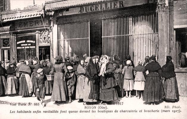 Noyon oise cpa 1917 la queue ravitaillement