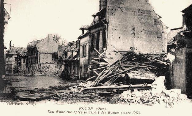 Noyon oise cpa 1917 une rue