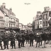 Noyon oise cpa 1914 1918 soldats place hotel de ville
