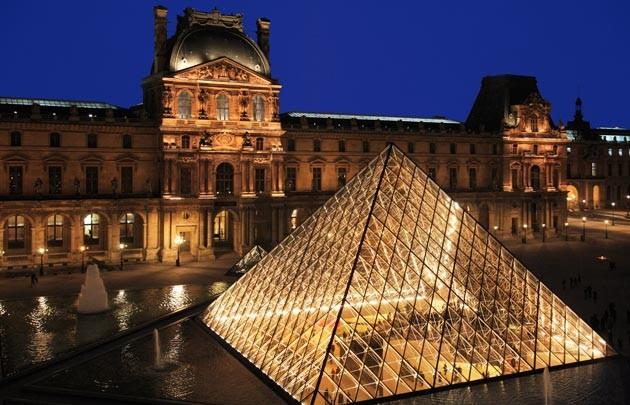 Paris 75 la pyramide du louvre