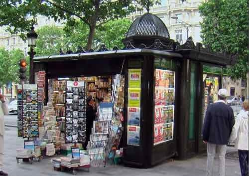 Paris 75 un kiosque a journaux davioud