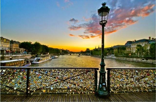 Paris 75 un lampadaire sur le pont des arts