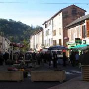 Saint-Affrique (Aveyron) le boulevard Victor Hugo, le marché