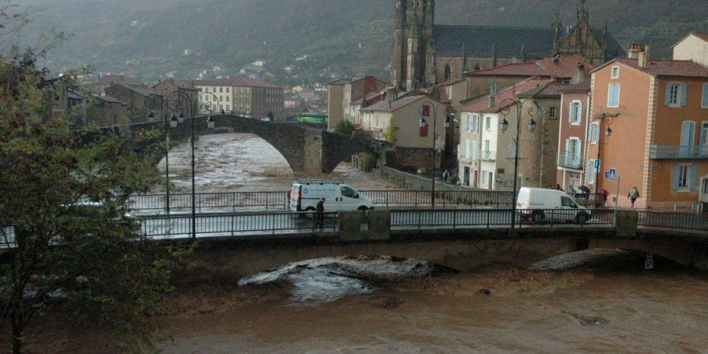 Saint-Affrique (Aveyron) le pont du Centenaire, inondations 2011