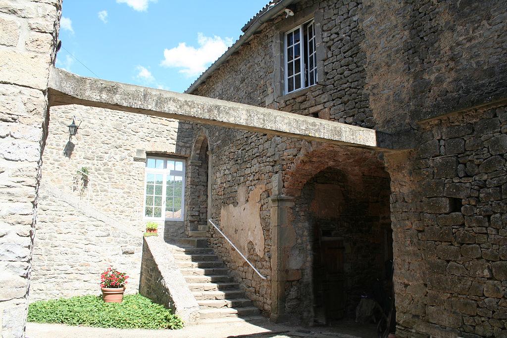 Saint-Beaulize (Aveyron) Le château, cour