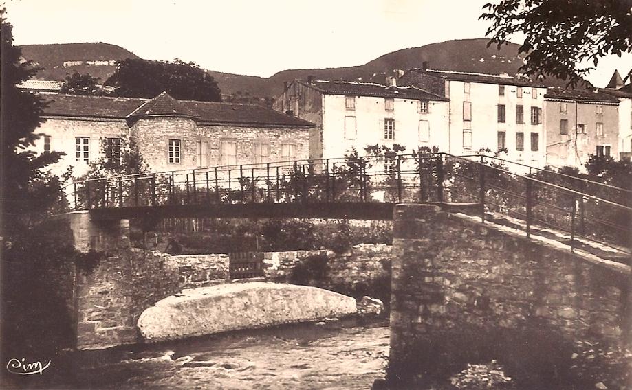 Saint-Georges-de-Luzençon (Aveyron) La passerelle sur le Cernon