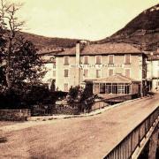 Saint-Georges-de-Luzençon (Aveyron) Le pont et l'hôtel