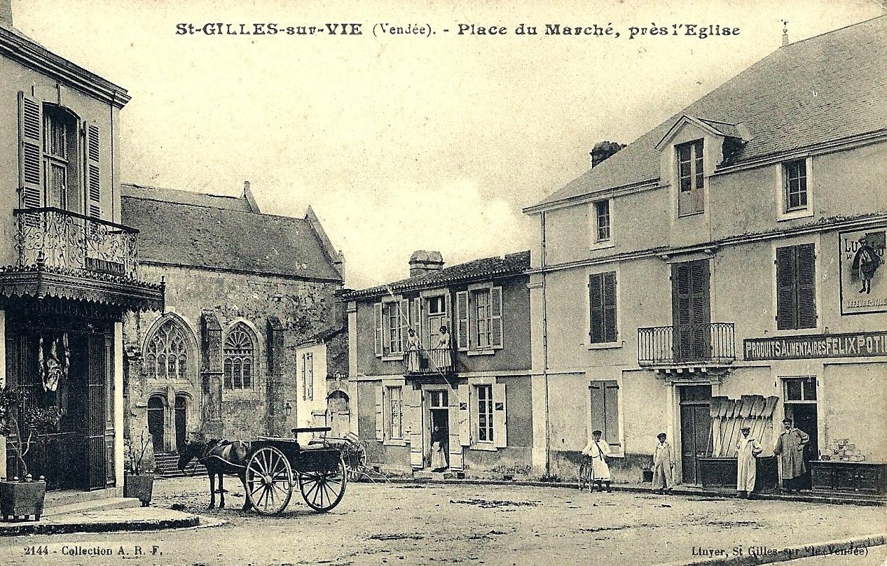 Saint-Gilles-Croix-de-Vie (Vendée) La place du marché CPA