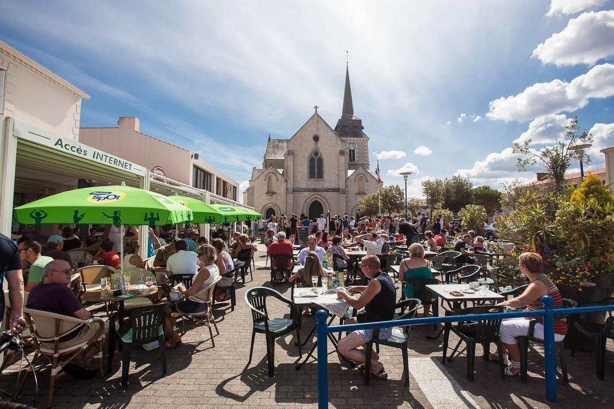 Saint-Hilaire-de-Riez (Vendée) La place de l'église en été