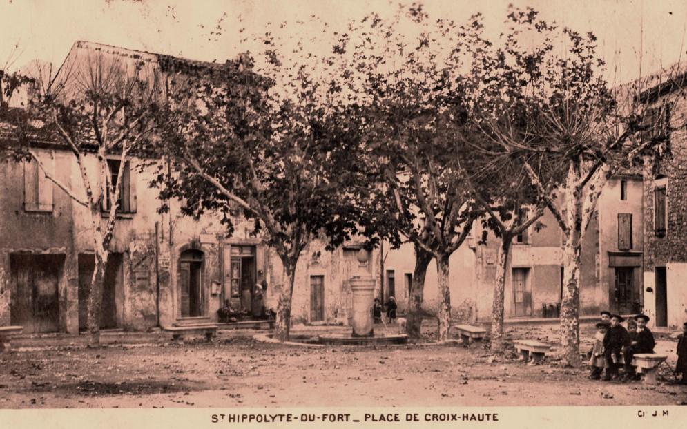Saint-Hippolyte-du-Fort (Gard) CPA La place de la croix haute