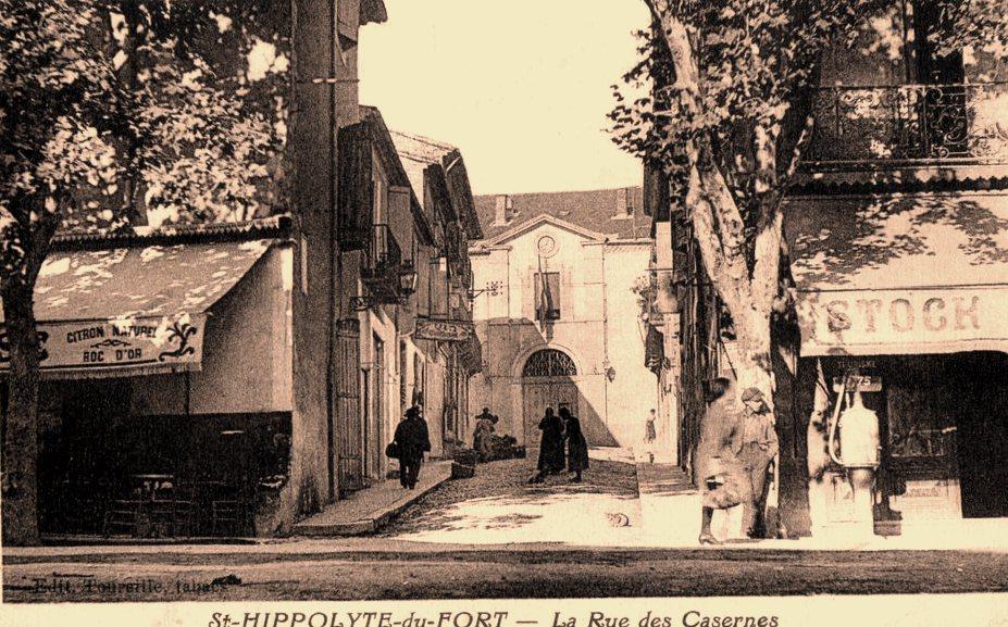 Saint-Hippolyte-du-Fort (Gard) CPA La rue des casernes